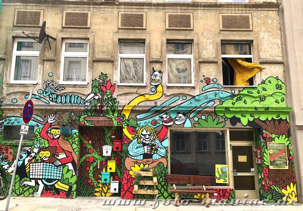 Farbenfrohes Graffiti an maroder Hauswand