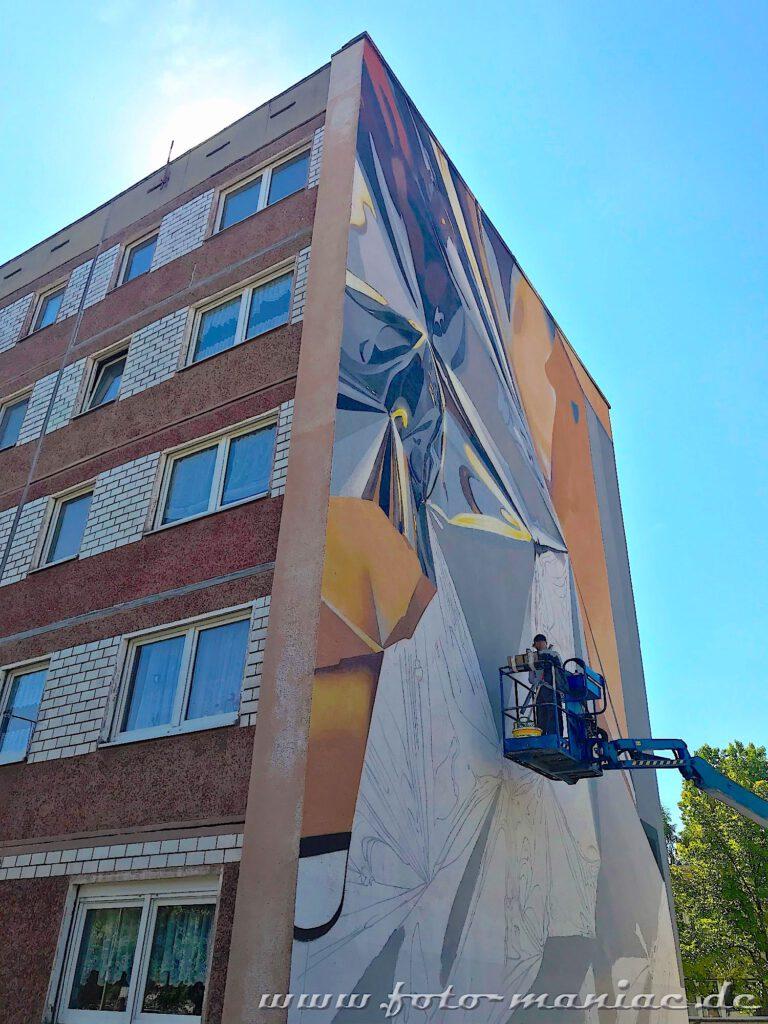 An einem Plattenbau-Giebel entsteht ein Graffito