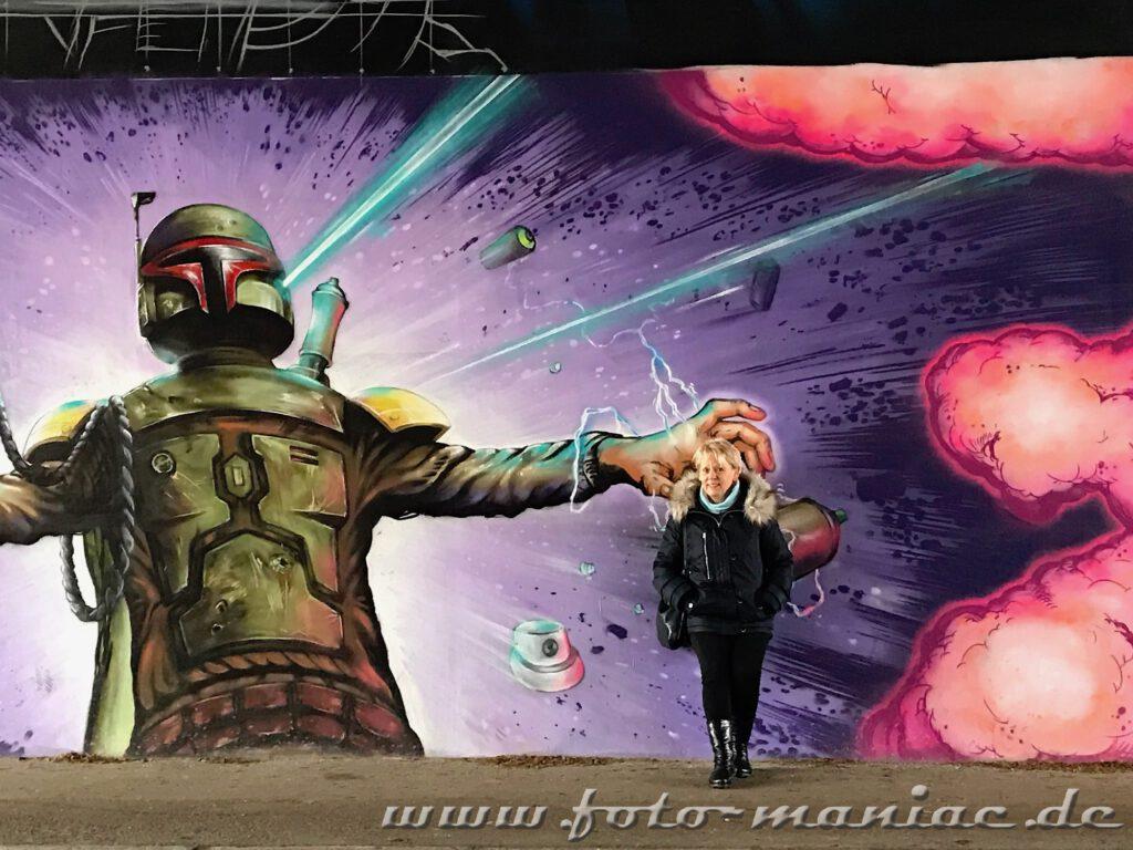 Schöne Graffiti in Halle - Frau vor Star Wars-Bild