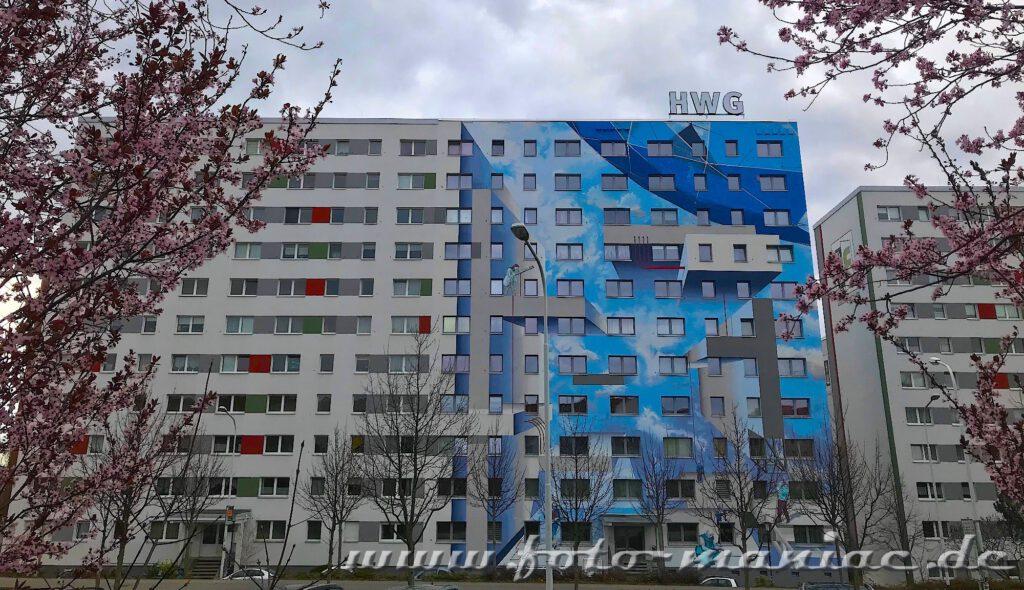 Schöne Graffiti - Blühende Mandelbäume vor Plattenbau-Mural