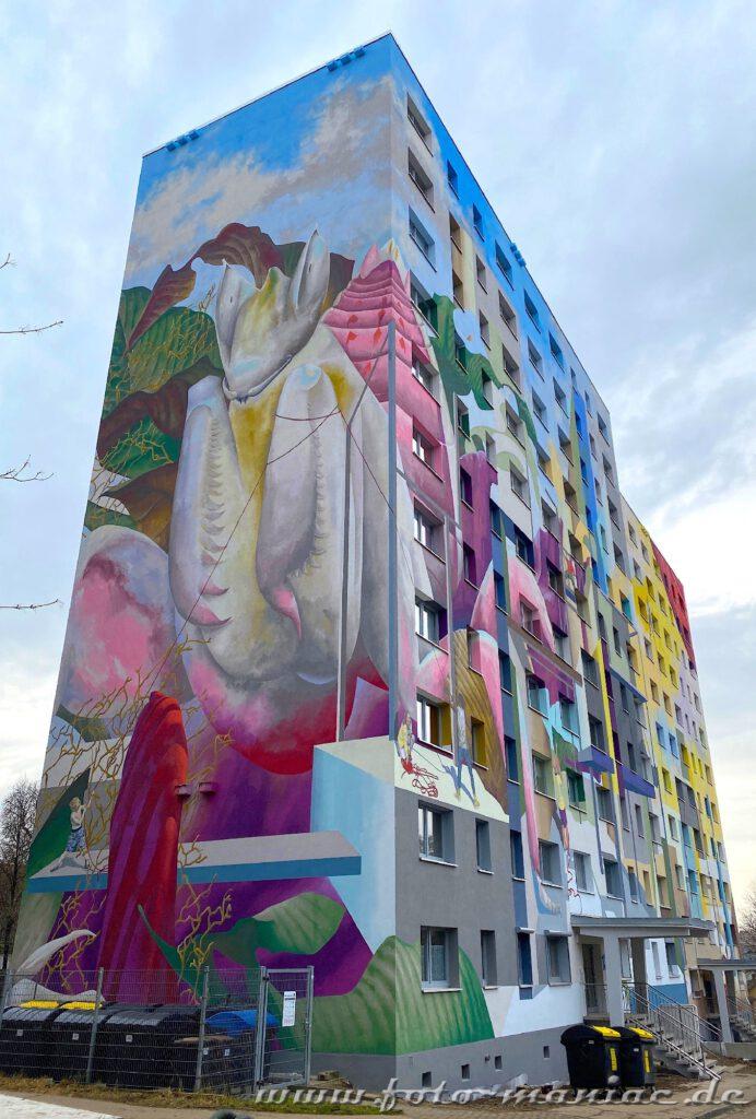 Schöne Graffiti in Halle -exotische Blüten verzieren Plattenbau