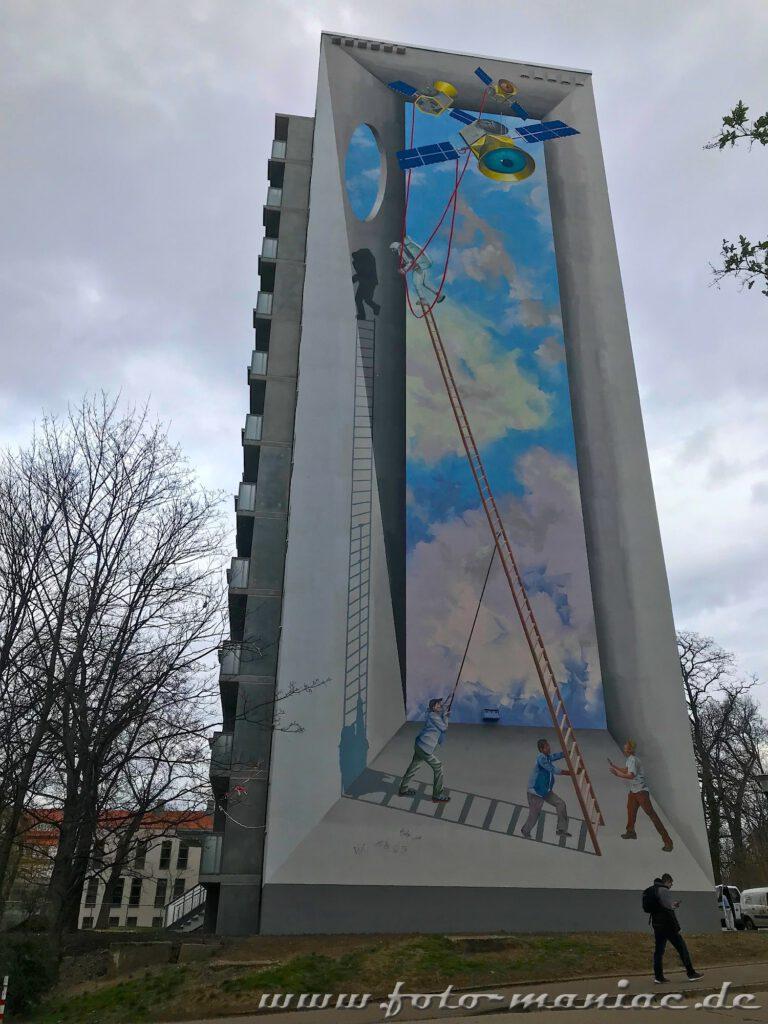 Männer mit Leitern auf der Fassade