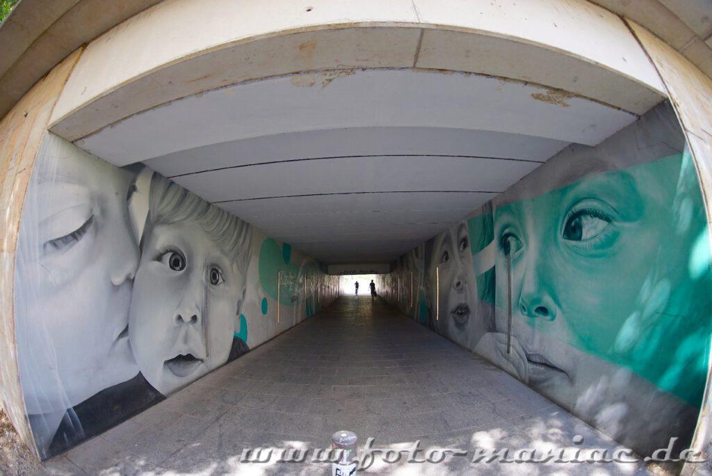 Schöne Graffiti in Halle - In einer Unterführung Bilder von Kindergesichtern