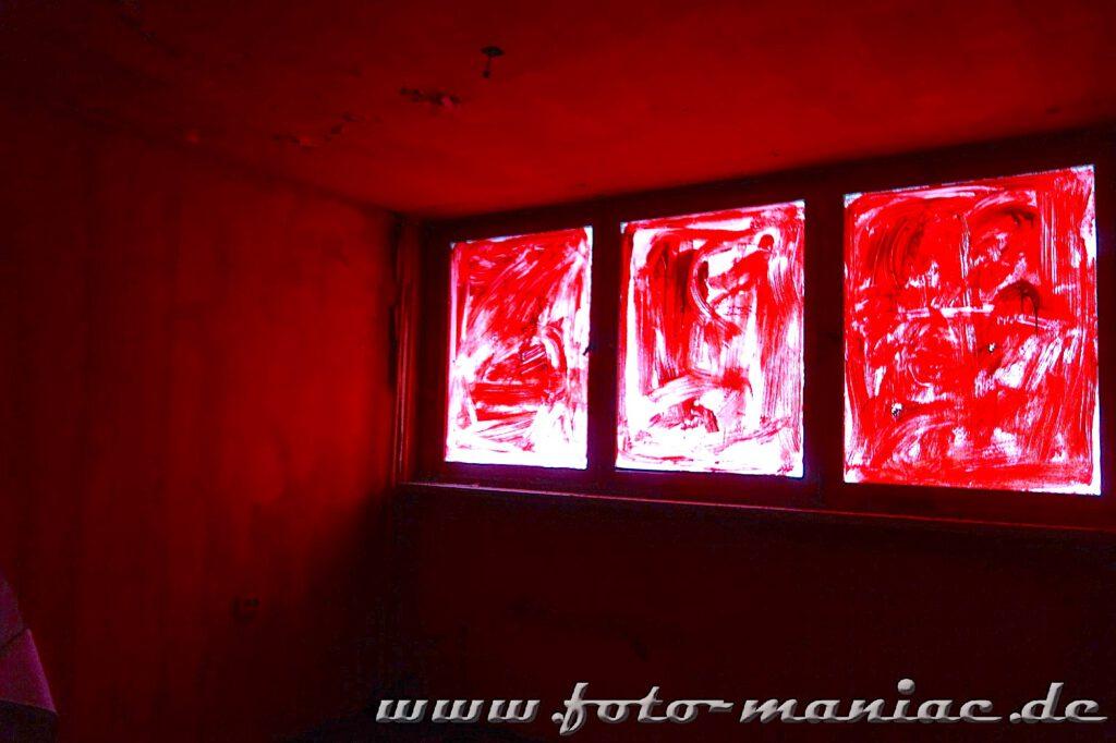 Marode Platte - Wände und Fenster des Zimmers sind rot gestrichen