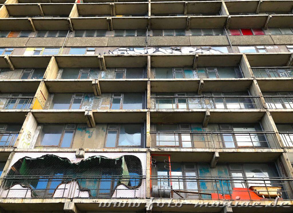 Balkonbrüstungen wurden von der maroden Platte entfernt