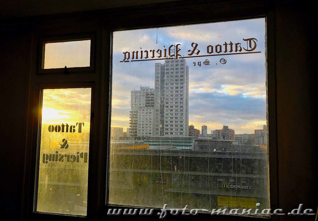 Marode Platte - Blick durch ein Fenster auf ein Hochhaus von Halle-Neustadt
