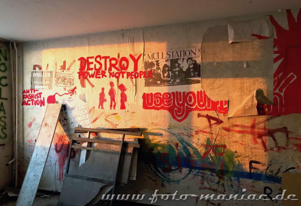 Beschriftete Wand und Müll