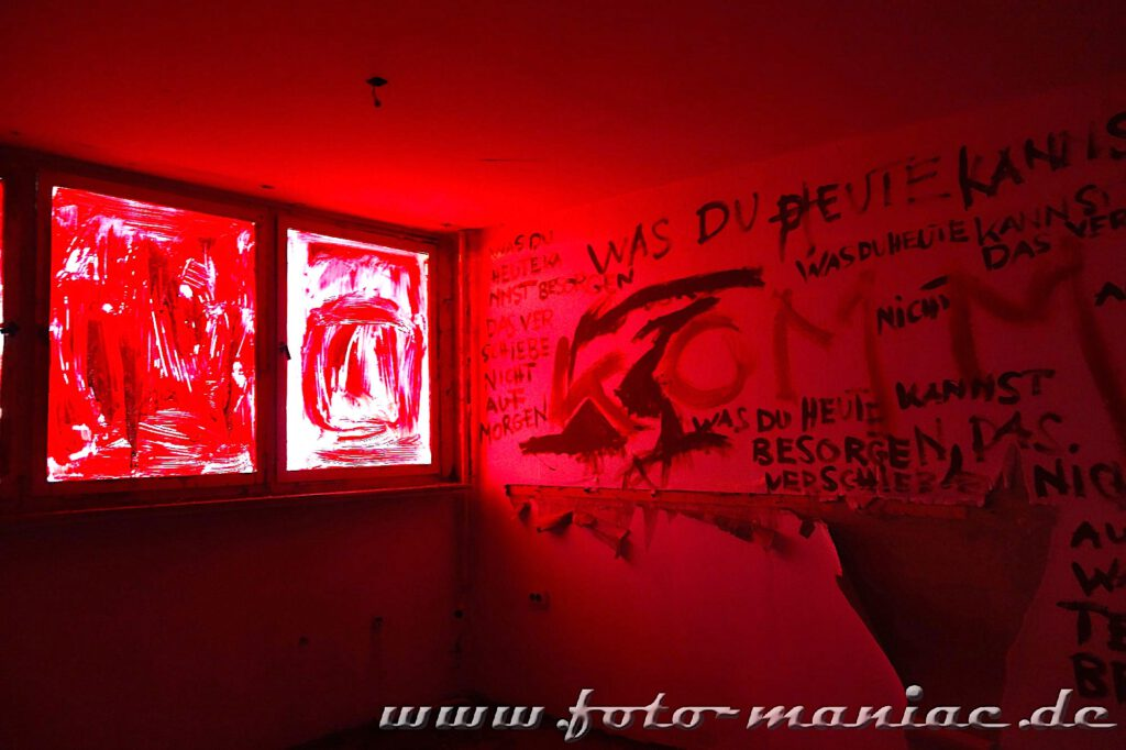 Marode Platte - Raum mit rot gestrichenen Wänden und Fenstern