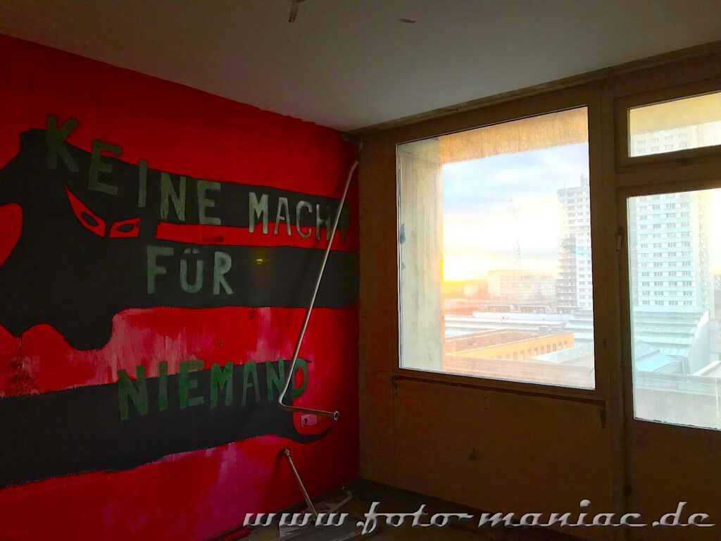Marode Platte - keine Macht für niemand steht an der roten Wand