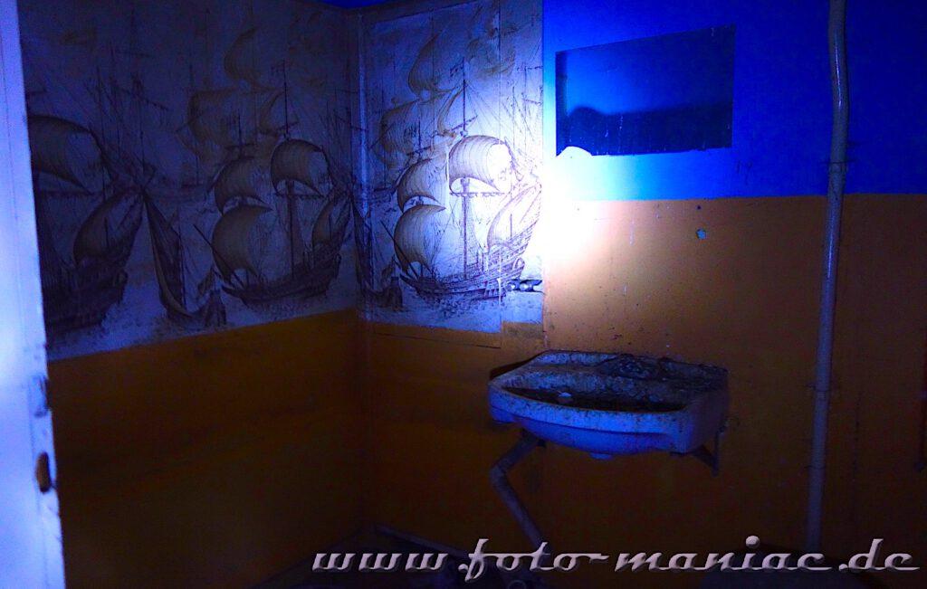 Bilder von Segelschiffen an einer Badezimmerwand