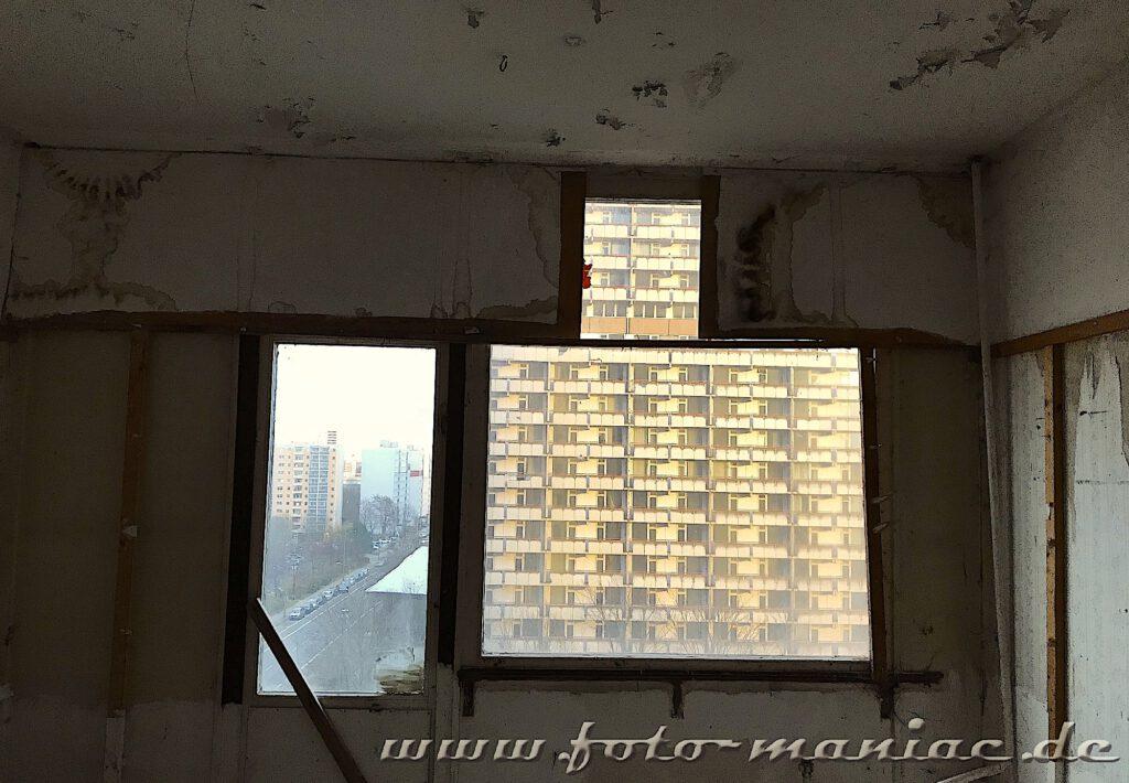 Marode Platte - Fensterblick auf ein Hochhaus