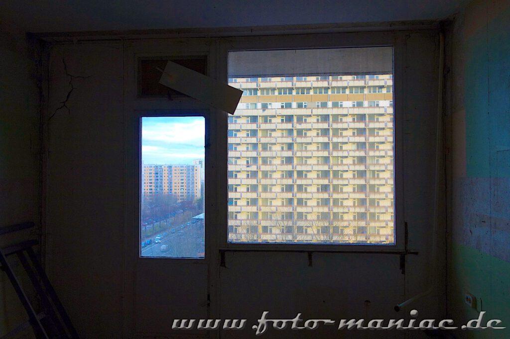 Blick aus einem Fenster auf ein Hochhaus