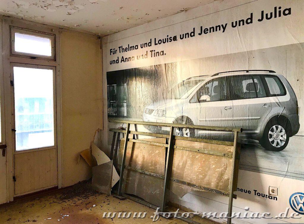 Marode Platte - Plakat mit weißem Auto an der Wand
