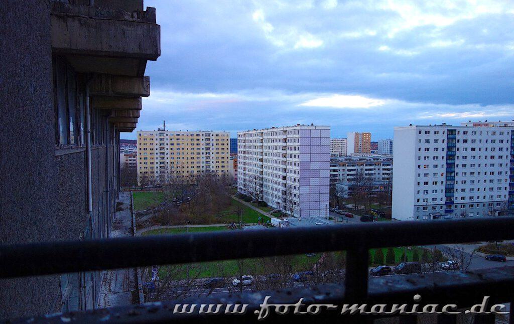 Marode Platte - Blick auf Hochhäuser