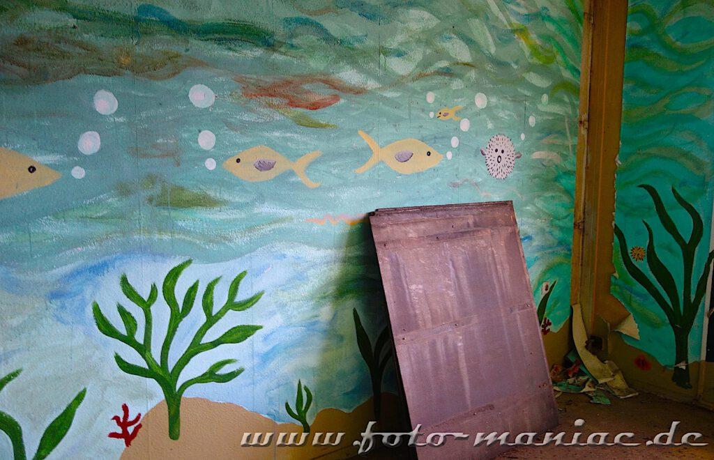 Wand wie ein Aquarium bemalt