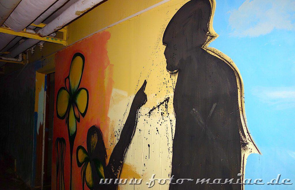 Marode Platte - Schattenfiguren an der Wand