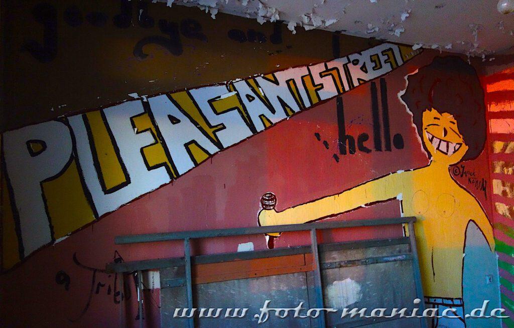 Junge mit Mikrofon auf eine Wand gezeichnet