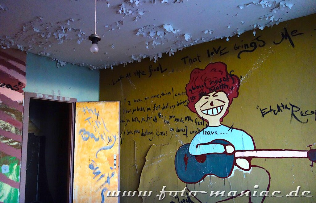 Marode Platte - Junge mit Gitarre an Wand gemalt