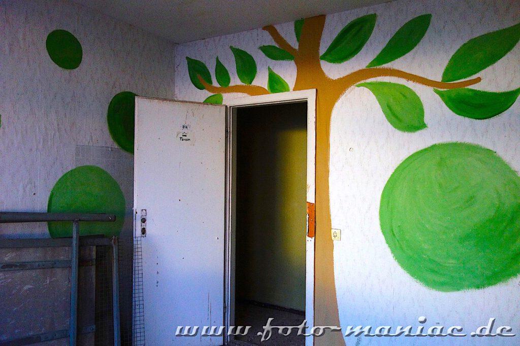 Ein Baum und grüne Früchte an den Wänden