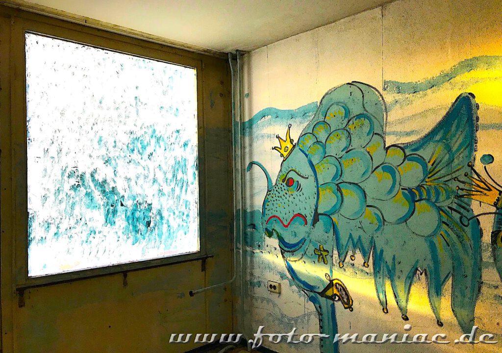 Marode Platte - Phantasiefisch mit Krone auf Wandbild