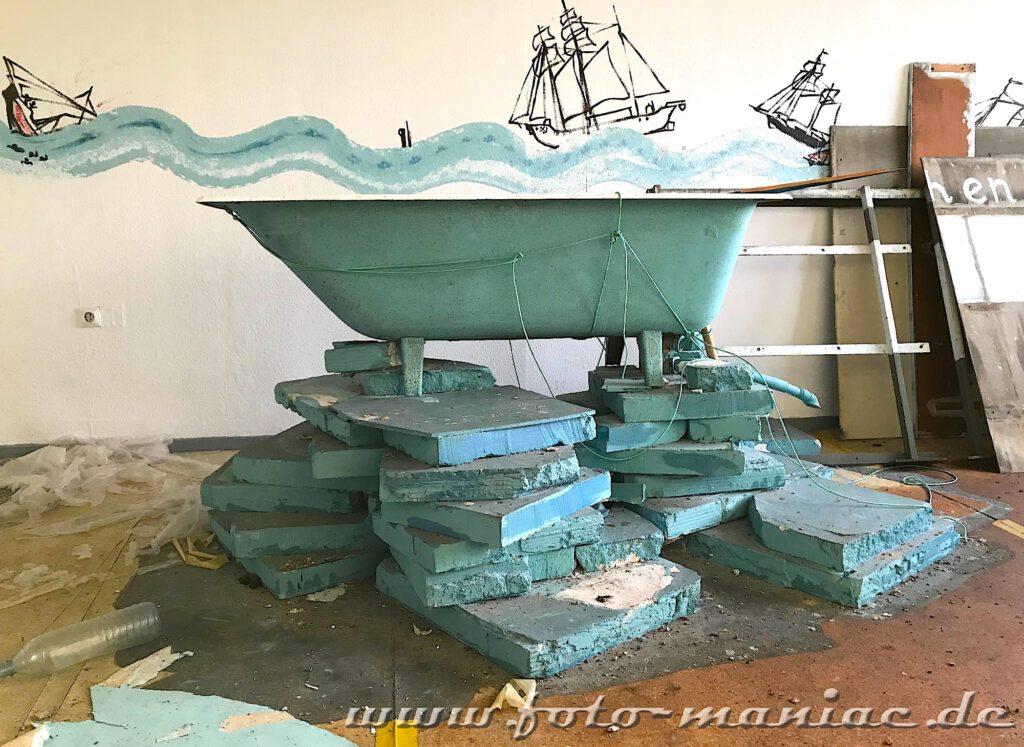 Marode Platte - blaue Wanne auf Styropor-Stapel