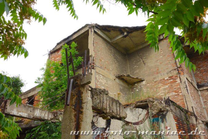 Einige Mauern der verlassenen Spritfabrik in Halle sind zerstört