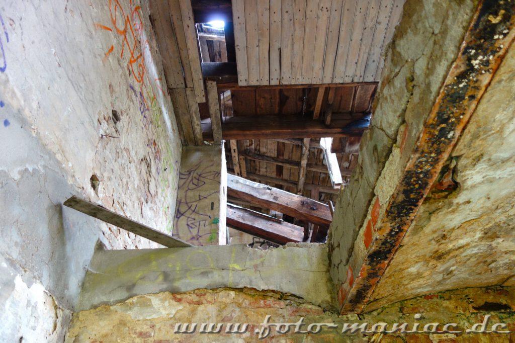 Blick durch eine Öffnung zum Dachgeschoss