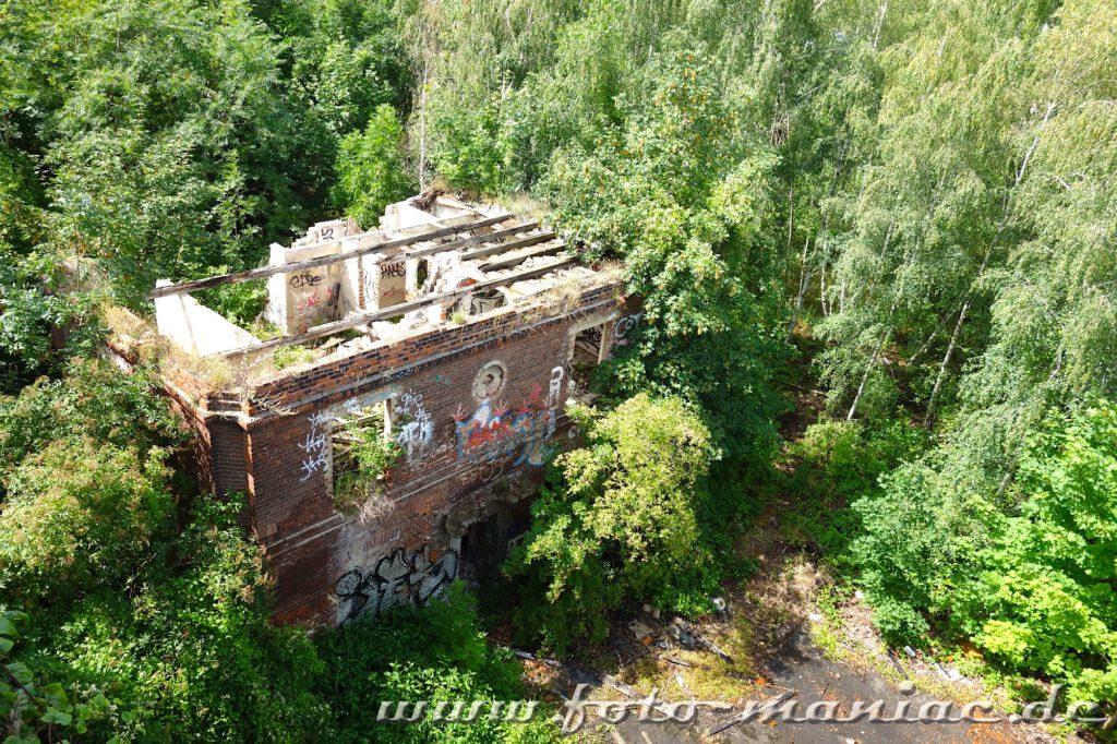 Blick auf ein zerstörtes Gebäude der verlassenen Spritfabrik in Halle