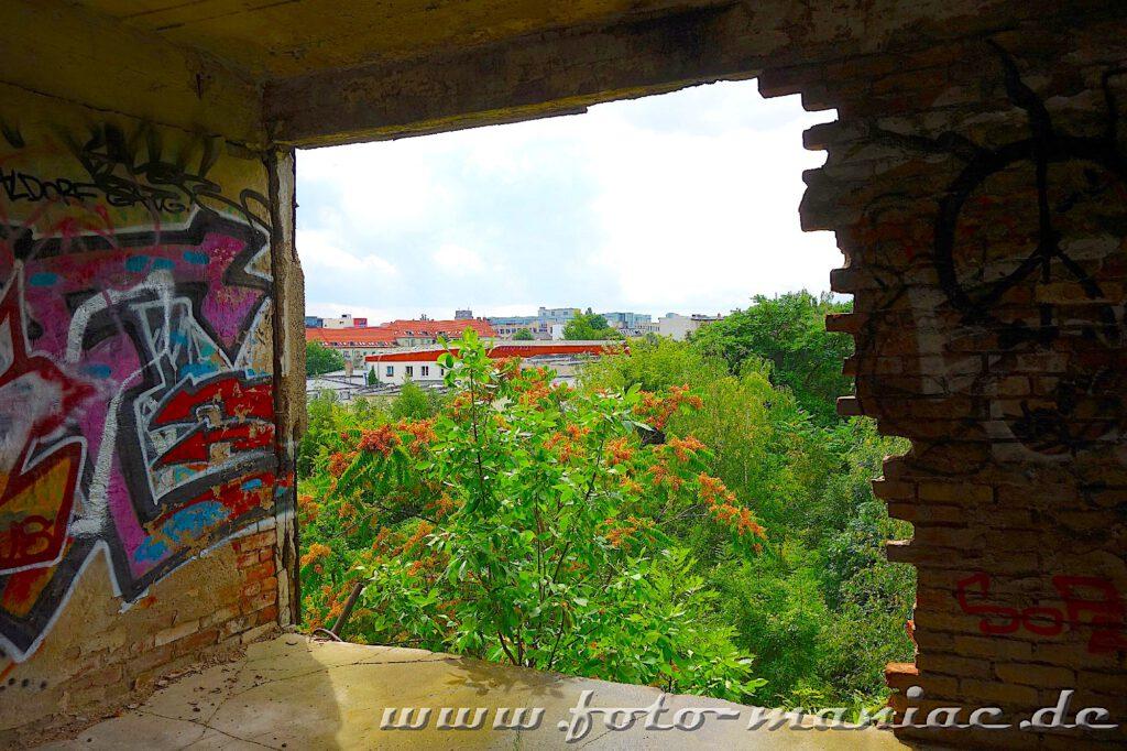 Blick durch eine große Maueröffnung