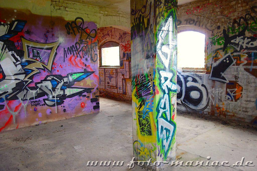 Säule und Wände sind mit Graffiti besprüht