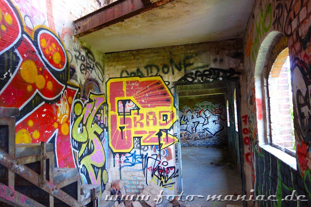 Wände in der verlassenen Spritfabrik in Halle sind mit Graffiti besprüht