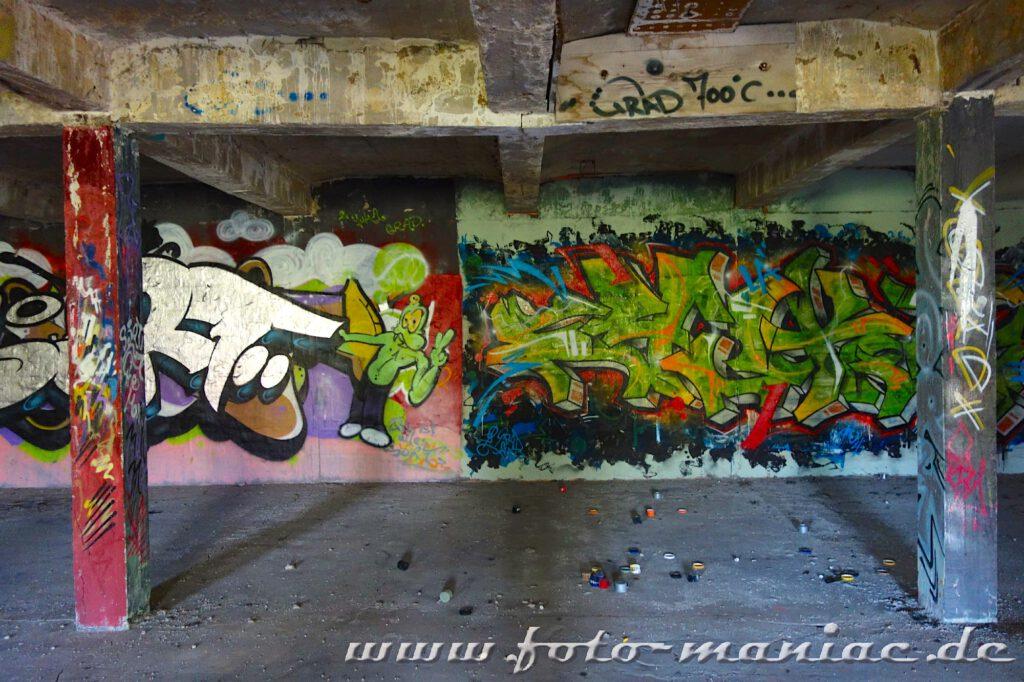 Wand und Säulen mit Graffiti besprüht