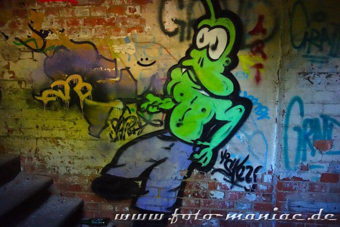 In der verlassenen Spritfabrik in Halle wurde ein grüner Mann auf die Wand gesprüht