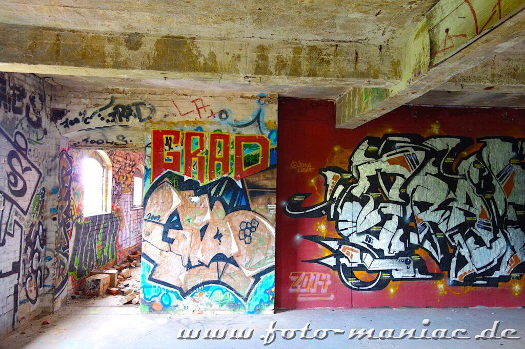 An den Wänden der verlassenen Spritfabrik Halle sind Graffiti zu sehen
