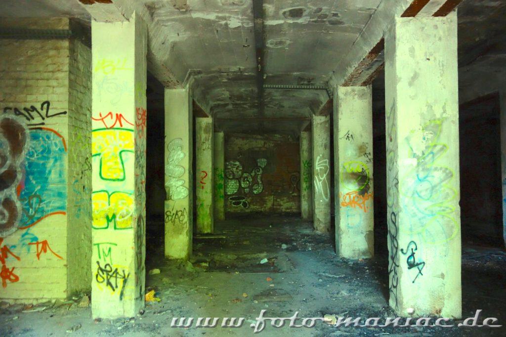 Graffitibesprühte Pfeiler im Keller der verlassenen Spritfabrik in Halle