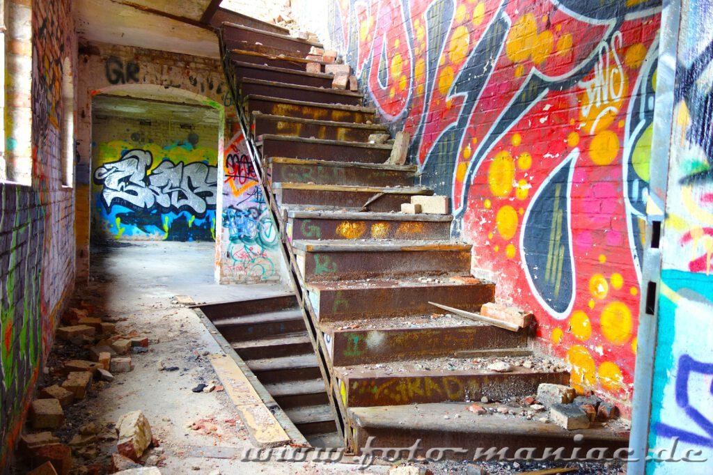 Eisentreppe ohne Geländer in der verlassenen Spritfabrik in Halle