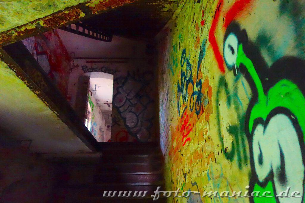 In der Spritfabrik Halle Blick zu einem düsteren Treppenaufgang