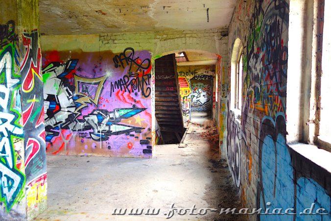 Blick in der spritfabrik Halle in ein Treppenhaus mit Graffitiwänden