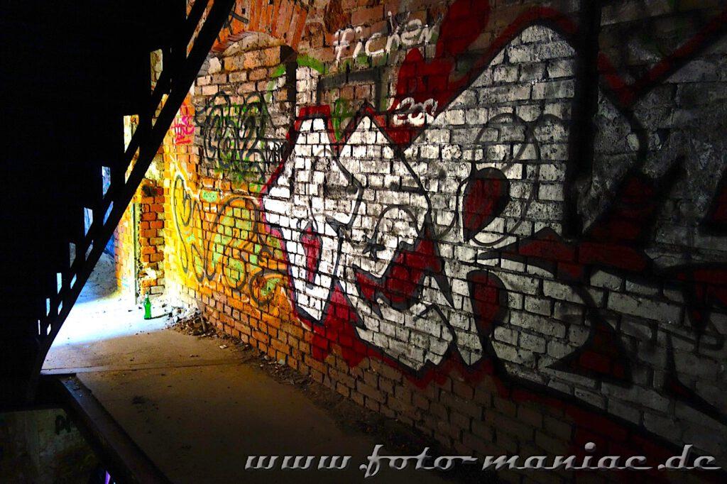 Treppenaufgang in der verlassenen Spritfabrik in Halle verdeckt Graffitowand