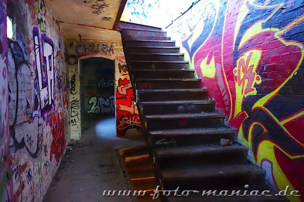 Wände im Treppenhaus sind mit Graffiti besprüht