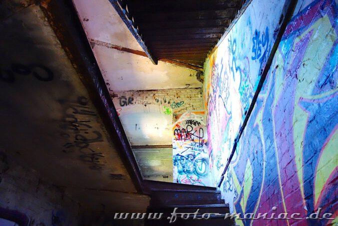 Blick beim Treppensteigen nach oben - verlassene Spritfabrik in Halle