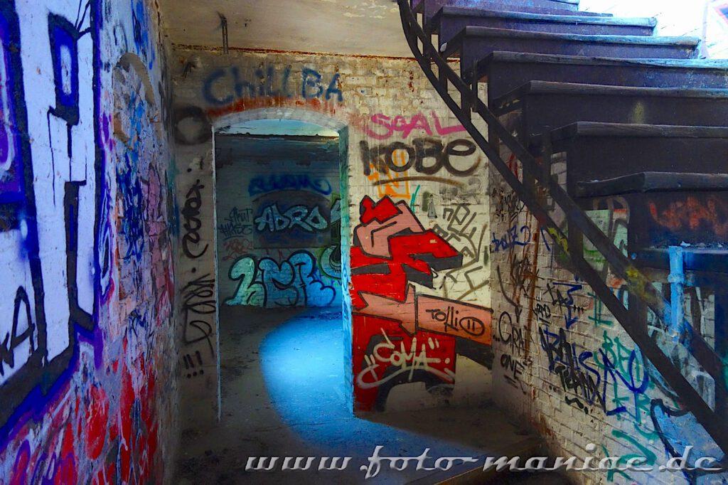 Mit Graffiti besprühtes Treppenhaus in der verlassenen Spritfabrik in Halle