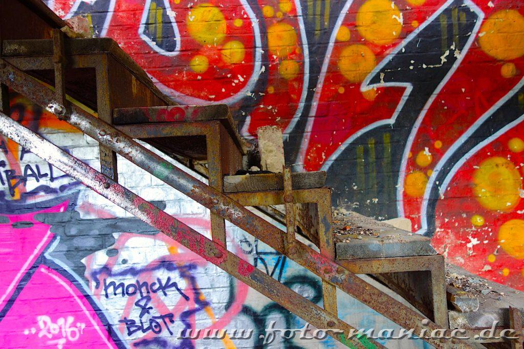 Blick von der Seite auf einen Treppenaufgang