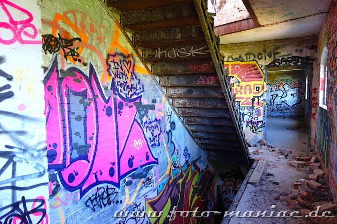 Treppenhaus in der verlassenen Spritfabrik in Halle mit vielen Graffitiwänden
