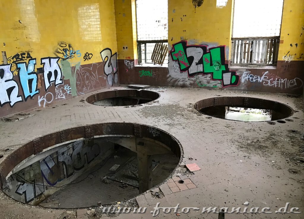 Durch die Öffnungen für die Kessel schaut man ins untere Geschoss der verlassenen Brauerei Sternburg