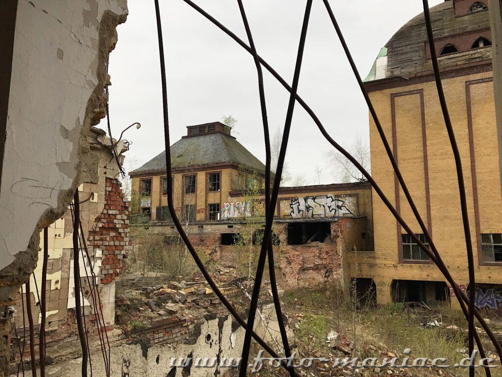 Blick durch Eisenbewehrungen auf die Produktionsgebäude der verlassenen Brauerei Sternburg