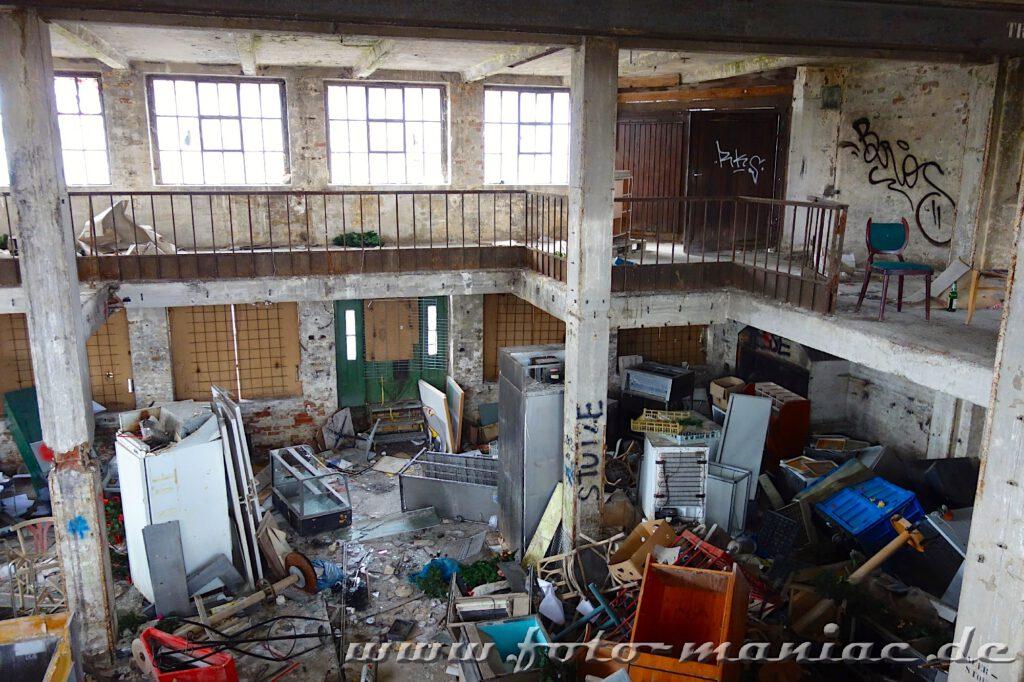 Blick in einer verhüllte Halle der Brauerei Sternburg