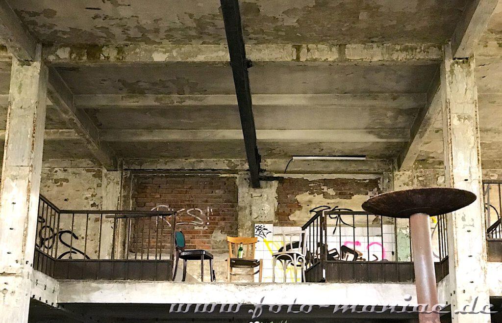 Stühle auf Empore in der verlassenen Brauerei Sternburg
