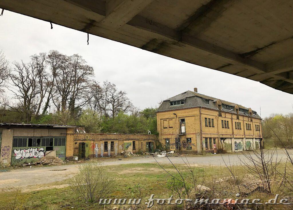 Blick von der Rampe auf ein Produktionsgebäude der verlassenen Brauerei Sternburg