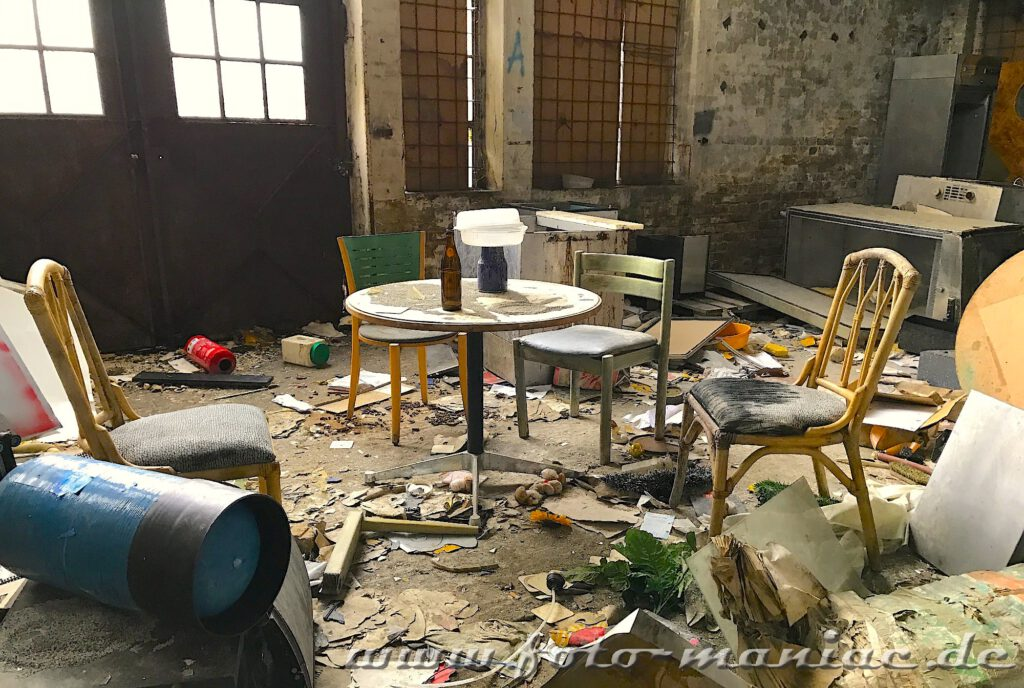 Sitzecke in zugemüllter Halle der verlassenen Brauerei Sternburg
